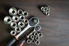 Spärrhjulskiftnyckel som ligger på trätabellen Arkivfoto