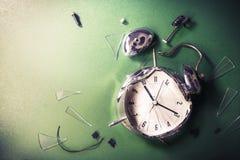 Spät für Schulkonzept mit alram Uhr auf einer Tafel Stockfotos