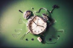 Spät für Schulkonzept mit alram Uhr auf einer Tafel lizenzfreie stockbilder