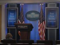 Späte Helen Thomas vor dem Anfang einer Pressekonferenz des Weißen Hauses Stockfoto