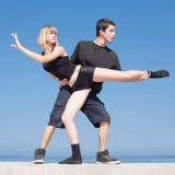 Späte Jugendliche, die draußen tanzen Lizenzfreies Stockbild