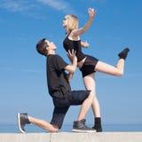 Späte Jugendliche, die draußen tanzen Lizenzfreie Stockfotografie