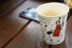 Späte Schale des Papierkaffee-Cappuccinos lizenzfreie stockbilder