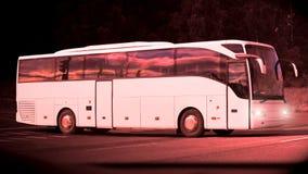 Später Abend-Bus auf der Straße bei Dusktime Lizenzfreies Stockbild