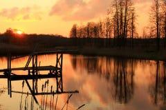 Später Abend durch den Teich in der Landschaft mit schöner Ansicht Lizenzfreie Stockfotografie