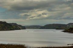 Später Abend Loch Inchard unter bewölktem Himmel, Schottland Lizenzfreie Stockfotos