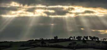 Später Nachmittags-Sonnenstrahlen über Maschinen-Haus, Cornwall lizenzfreies stockbild