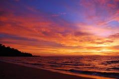 Später Sonnenuntergang im Pazifischen Ozean Lizenzfreies Stockfoto