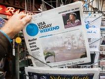 Späteste Nachrichten Hurrikan-Maria am Pressekiosk in Frankreich Stockbild