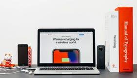 Spätestes iPhone X 10 mit drahtlosem chargin Stockfotos