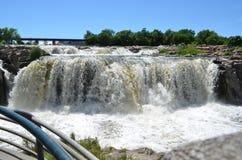 Spätfrühling bei Sioux Falls auf großen Sioux River stockfotos