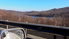 Spätherbst Jagd datenbahn Ansicht des Gebirgssees vom Autofenster lizenzfreie stockfotografie