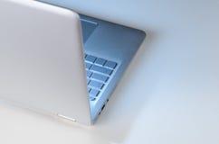 Spätschichtarbeitsplatz und Laptop Lizenzfreies Stockfoto