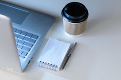 Spätschichtarbeitsplatz und Laptop Lizenzfreies Stockbild