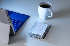 Spätschichtarbeitsplatz und Laptop Stockfotos