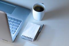 Spätschichtarbeitsplatz und Laptop Stockbild