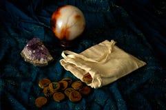 Spådomrunor ametist och kristallkula Royaltyfri Fotografi