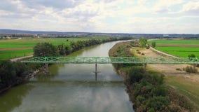 Spång över den flyg- zoomen för flod ut stock video