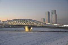 Spång över den Ishim floden i Astana arkivfoto