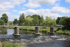 Spång över floden Kent, Kendal, Cumbria arkivfoto