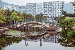 Spång över sjön i parkera Bro beautifully reflekterad i vattnet Royaltyfri Fotografi