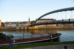 Spång Ojca Bernatka - bro över Vistulaet River Arkivfoton