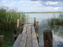 Spång på sjön Arkivbild