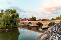 Spång stenbron över Danubet River Populära turist- destinationer i Regensburg, Tyskland royaltyfri fotografi