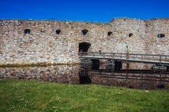 Spång till den gamla slotten på sjön royaltyfria bilder