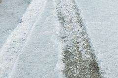 Spår av bilen på is Textur av isyttersida Royaltyfri Foto