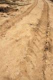 Spår av bilhjulet på sandjordning royaltyfri fotografi