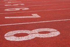 Spår av friidrott eller sportspring med nummer Royaltyfri Fotografi