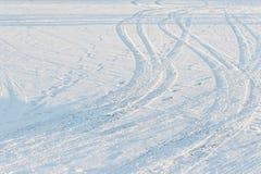 Spår av gummihjul på snö Arkivbilder