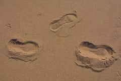 Spår av personen på varm sand Royaltyfri Bild