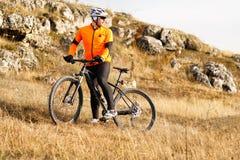Spår för äng för mountainbikecyklistridning Arkivbilder