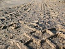 Spår från däcket på sanden Royaltyfri Foto
