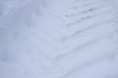 Spår från hjul av den stora bilen på snö Arkivbild
