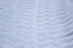 Spår från hjul av den stora bilen på snö Royaltyfria Bilder