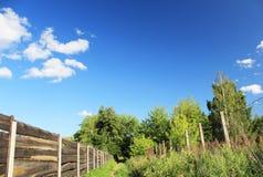 Spår längs staketet Royaltyfri Bild