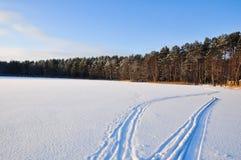 Spår på den snöade sjön Royaltyfri Fotografi