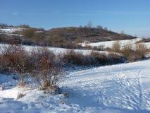 Spår på insnöat bergen Den härliga vintern landscape Royaltyfri Foto