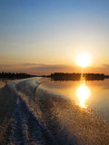 Spår på vattnet från powerboaten Arkivbild