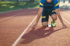 Spåra löparen i startande position på solig morgon Royaltyfri Bild