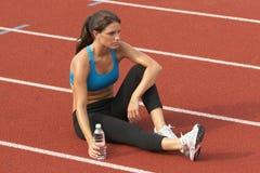 spåriner avslappnande sportar för flaskbehå vattenkvinnan Royaltyfri Foto