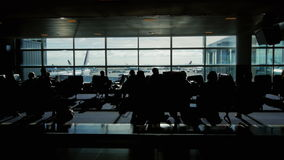 Spåring av skottet av en stor flygplatsterminal konturer av passagerare som väntar på deras flyg arkivfilmer