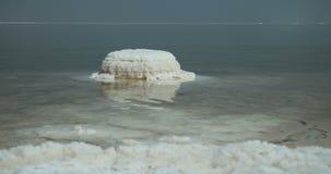 Spåring av skottet av salta insättningar på bankerna av det döda havet i Israel lager videofilmer