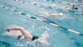 Spårning för den höga vinkeln sköt utbildning av simmare i simbassäng arkivfilmer