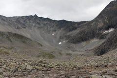 Spårning till bergöverkanten Arkivbilder