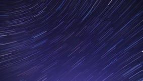 Spårstjärnor i yttre rymden De ser som meteor Startrails timelapse som bakgrund kan cornflakesbruk stock video