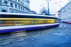 Spårväg i Riga, Lettland, i aftonen Fotografering för Bildbyråer